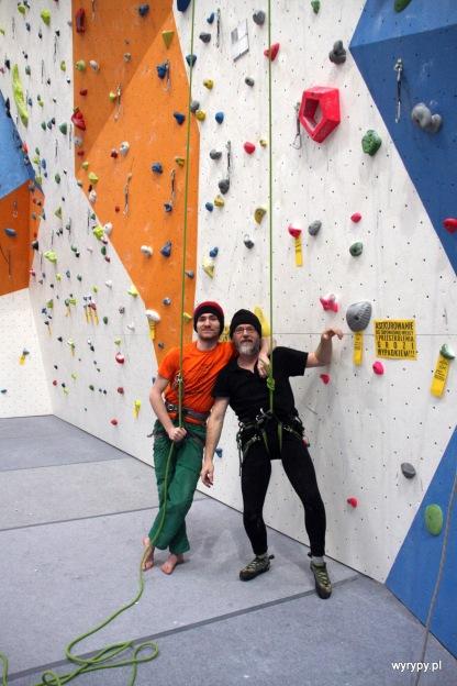 Wspinacz (po prawej) i asekurant. Lina uwiązana hen na górze.